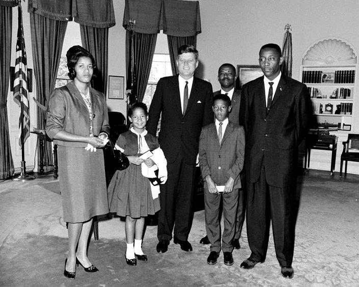 PRESIDENT JOHN F. KENNEDY WITH THE FAMILY OF MEDGAR EVARS - 8X10 PHOTO (ZY-421)