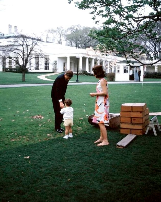JOHN F. KENNEDY, JACQUELINE & JOHN, JR. ATTEND CHILDREN'S PARTY - 8X10 PHOTO (ZY-442)