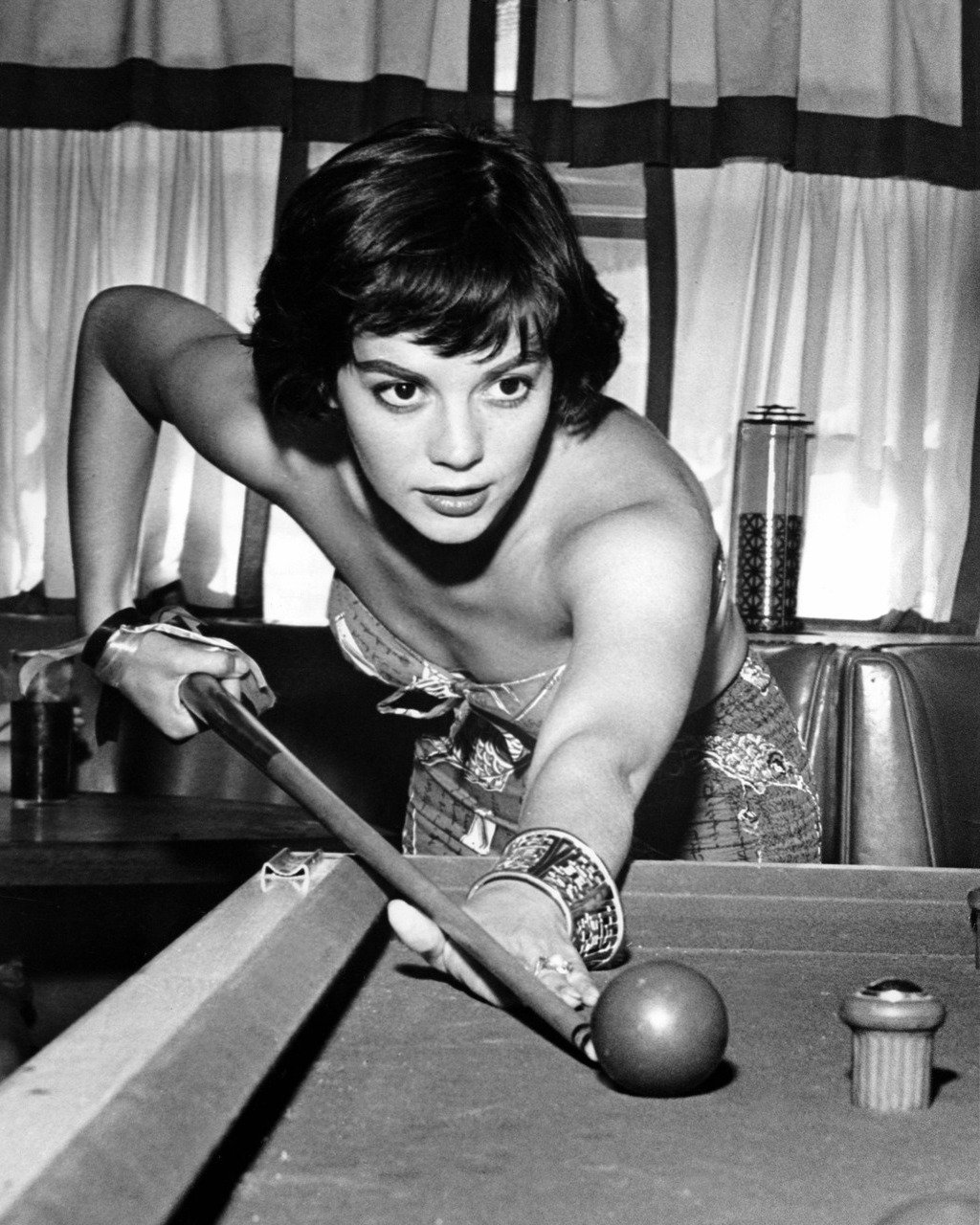 ACTRESS NATALIE WOOD SHOOTING POOL - 8X10 PUBLICITY PHOTO (ZY-446)