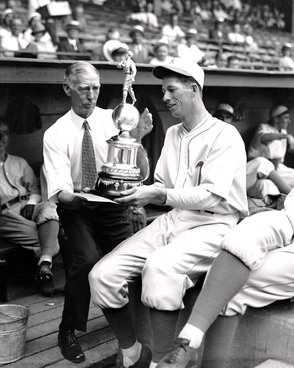 LEFTY GROVE & CONNIE MACK VIEW 1931 MOST VALUE PLAYER AWARD 8X10 PHOTO (ZY-447)