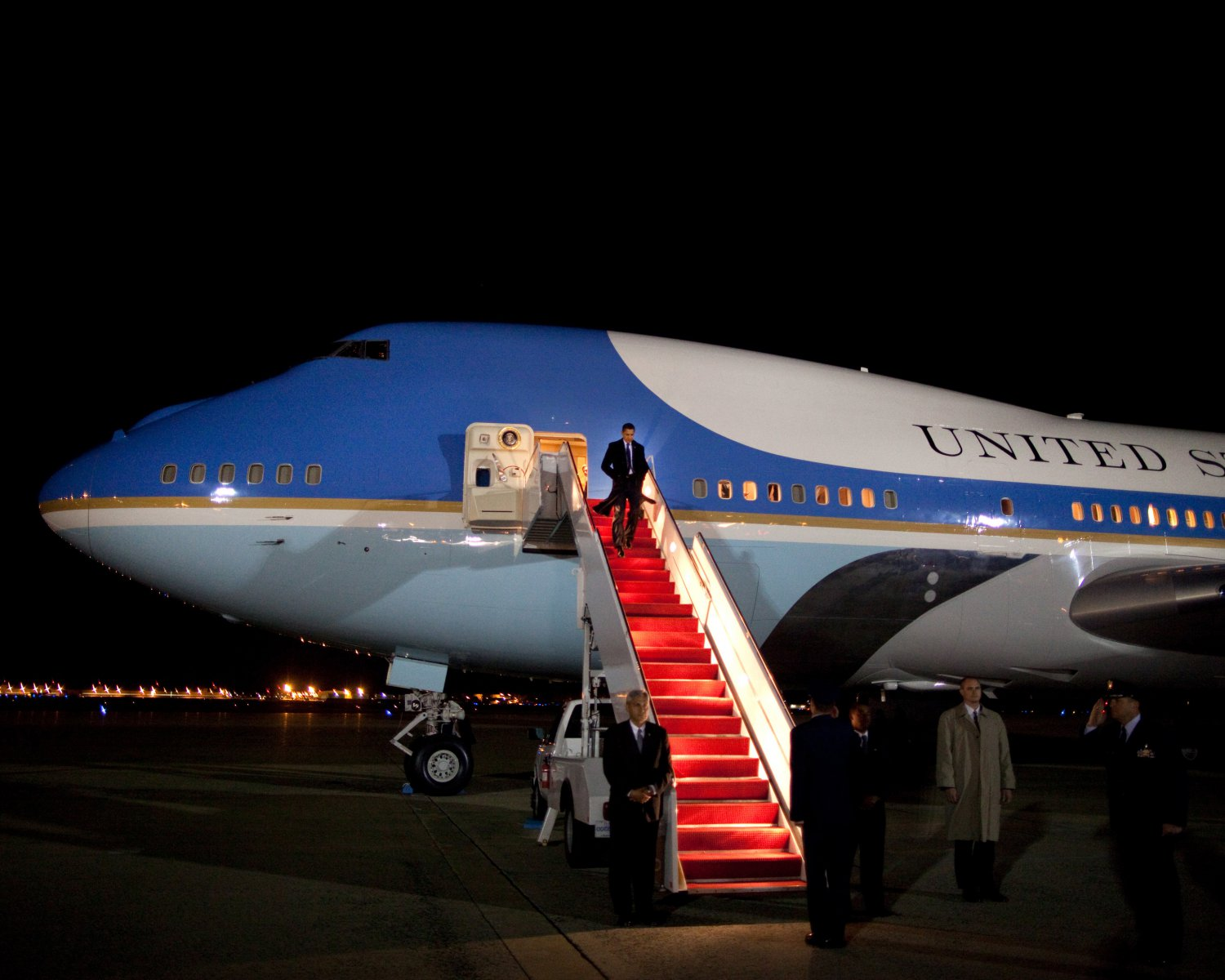 PRESIDENT BARACK OBAMA DEPARTS AIR FORCE ONE AFTER IRAQ TRIP 8X10 PHOTO (EP-899)