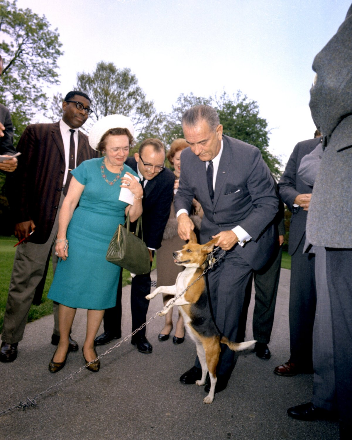 """LYNDON JOHNSON LIFTS HIS DOG """"HIM"""" BY THE EARS IN 1964 - 8X10 PHOTO (ZY-481)"""