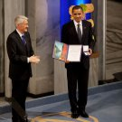 PRESIDENT BARACK OBAMA RECEIVES NOBEL PEACE PRIZE IN 2009 - 8X10 PHOTO (ZY-637)