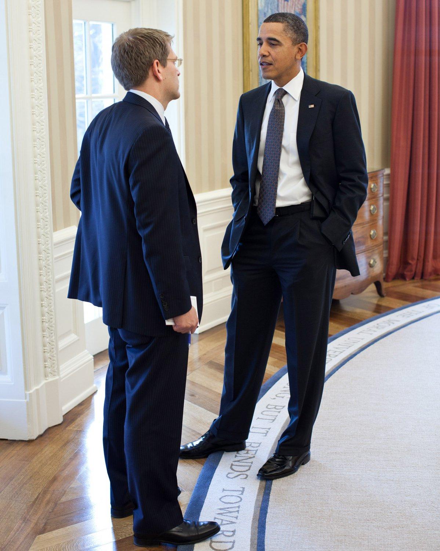 BARACK OBAMA TALKS WITH PRESS SECRETARY JAY CARNEY IN 2011 - 8X10 PHOTO (ZY-514)