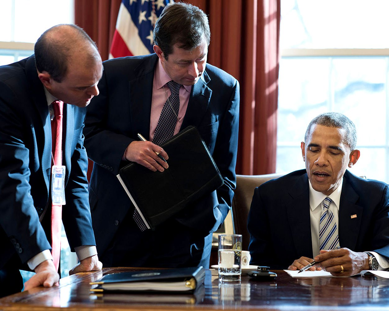 PRESIDENT BARACK OBAMA & OTHERS IN THE OVAL OFFICE IN 2015 - 8X10 PHOTO (ZY-530)
