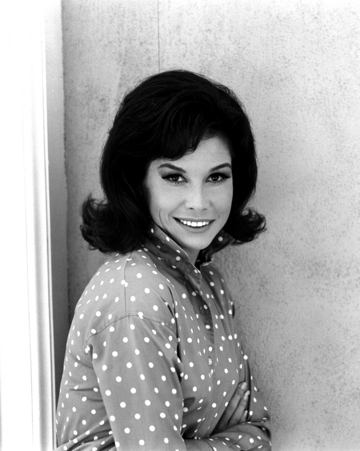 MARY TYLER MOORE TELEVISION AND FILM ACTRESS - 8X10 PUBLICITY PHOTO (ZY-765)