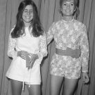 DEBBIE REYNOLDS & DAUGHTER CARRIE FISHER IN 1972 - 8X10 PUBLICITY PHOTO (ZY-706)