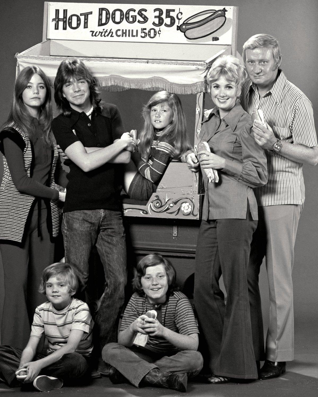 CAST OF THE ABC TV SERIES 'THE PARTRIDGE FAMILY' - 8X10 PUBLICITY PHOTO (DA-672)