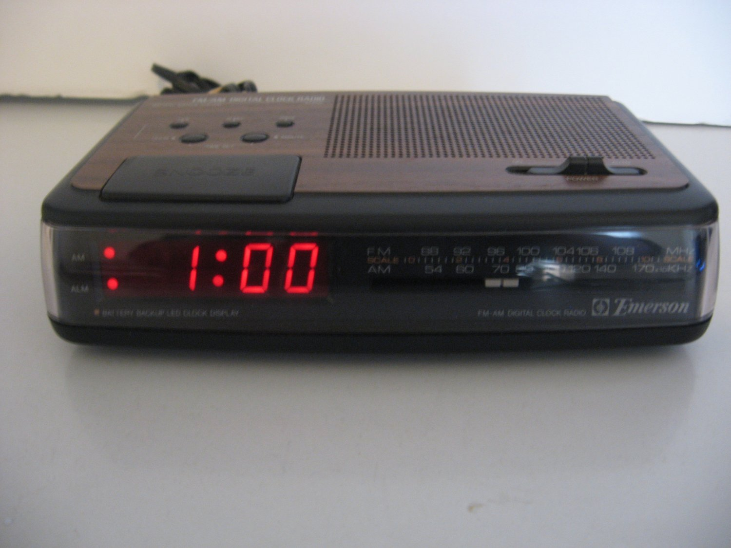 Vintage Emerson AM/FM digital alarm Clock Radio - Woodgrain Finish