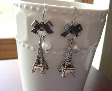 Adorable Eiffel tower earrings with a bow and glass pearl
