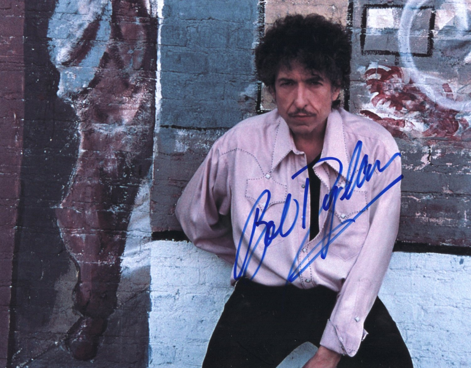 BOB DYLAN - LEGENDARY SINGER/SONGWRITER - PERSONALLY HAND SIGNED AUTOGRAPHED PHOTO WITH COA