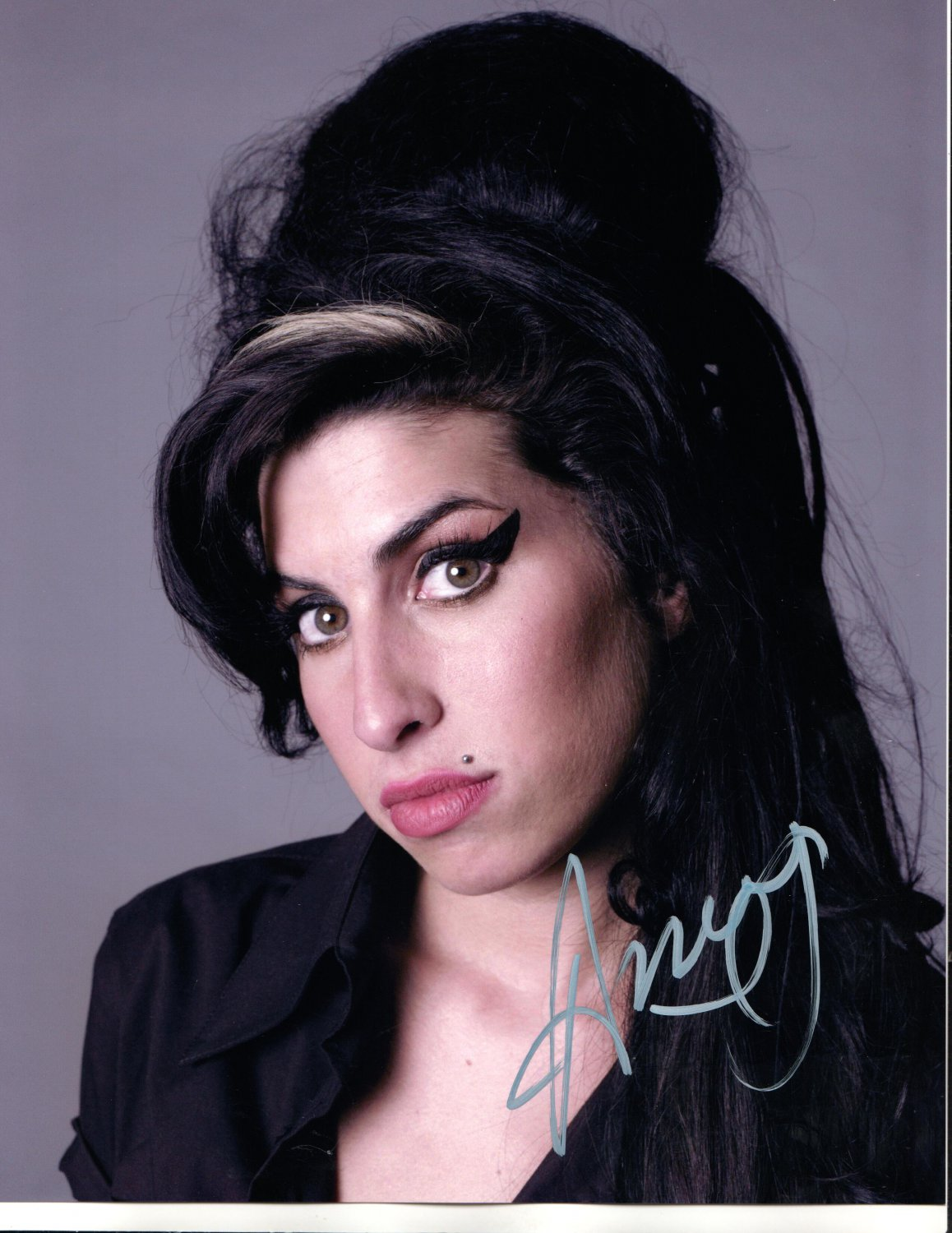 AMY WINEHOUSE - TALENTED SOULFUL SINGER - SAD - R-A-R-E - HAND SIGNED AUTOGRAPHED PHOTO WITH COA
