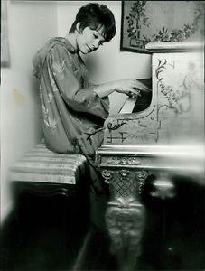 Shirley MacLean - 8x10 photo