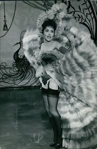 Gina Lollobrigida lifting skirt. - 8x10 photo