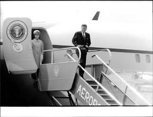 John F. Kennedy with his wife Jacqueline Kennedy leaving Air Force 1. - 8x10 pho