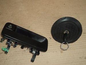 LAND ROVER FREELANDER DRIVER LH DOOR HANDLE W/KEY CYLINDER GAS CAP W/CYLINDER