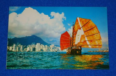 **BRAND NEW** EXTRAORDINARY VIEW OF A HONG KONG BOAT AND CITY SKYLINE POSTCARD