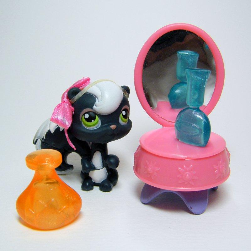 Littlest Pet Shop # 253 Black SKUNK Black & Accessories 2006 Target Collectors Tin