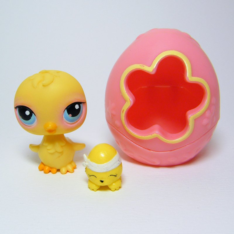 Littlest Pet Shop # 81 CHICK Yellow with Blue Eyes & Pink Eggshell Carrier 2005