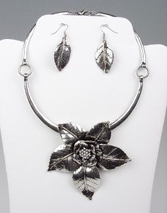 Chunky Antique Silver Metal Crystals Flower Collar Necklace Earrings Set