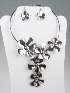 Chunky Antique Silver Metal Draping Flowers Collar Necklace Earrings Set
