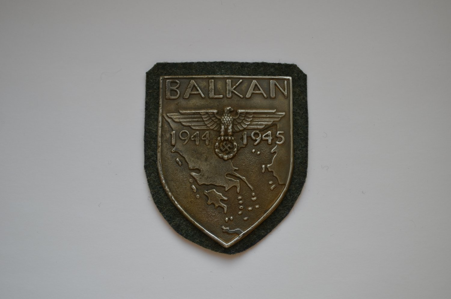 WWII GERMAN BADGE BALKAN SHIELD