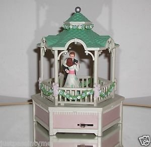 "ENESCO ""TRUE LOVE"" MUSICAL BOX MOVEMENT SPINS WORKS 1985 COUPLE WEDDING GAZEBO"