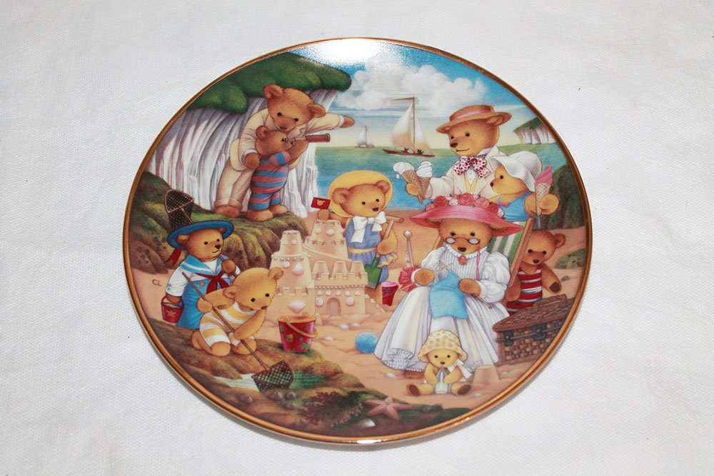 """Teddy Bear Beach Party by Carol Lawson Collectible 8 1/4"""""""" Plate. 24kt Gold Trim"""