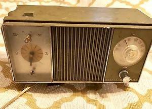 Vintage GE General Electric LARGE RADIO w/clock Model C4421-A Light Green