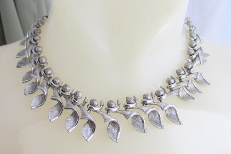 "Vintage Designer Berries Curled Leaves 17"" Choker Necklace Textured Silver Plate"