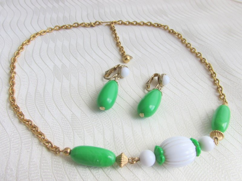 1975 Vintage AVON Green White Come Summer Necklace Earrings Clip Goldtone Signed