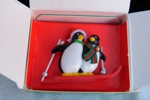 Vintage Hit The Slopes Pin Penguins Skiing Plastic Vintage Avon New NIB