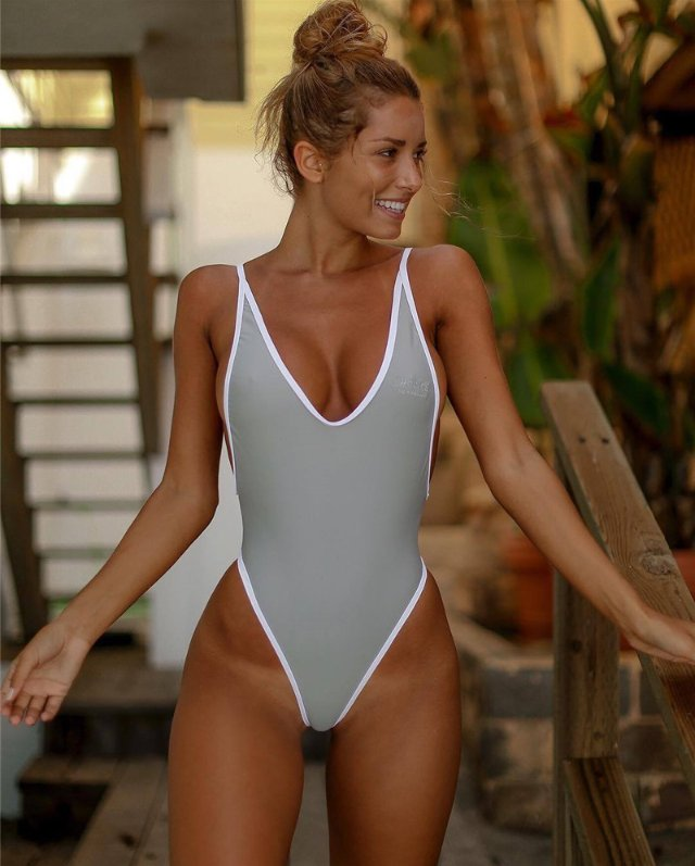 Beautiful young sexy girls in swimsuits — img 8