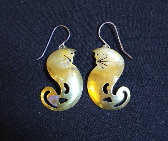 Brass cats dangling earrings ear wires vintage cm1031