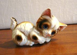 Adorable calico kitten figurine playful pose ceramic cold painted Japan vintage cm1462