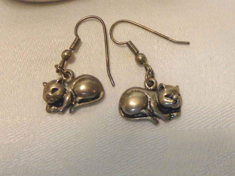 Sleeping cats pierced earrings pewter earwires excellent vintage cm1495