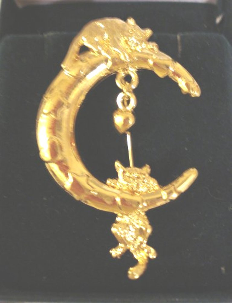 Cats clinging to the moon gold electroplate pin brooch unused cm1029