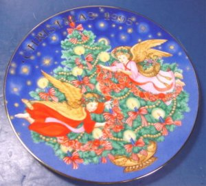 1995 Avon Christmas plate Trimming the Tree porcelain china 22K gold trim Angels box