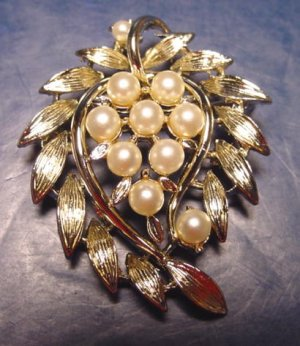 Lisner signed vintage leaf brooch pin faux pearl gold color metal leaves around center pearls