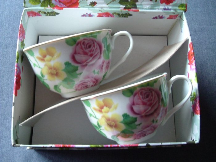 TEA CUPS AND SAUCERS GIFT SET ROSE DESIGN