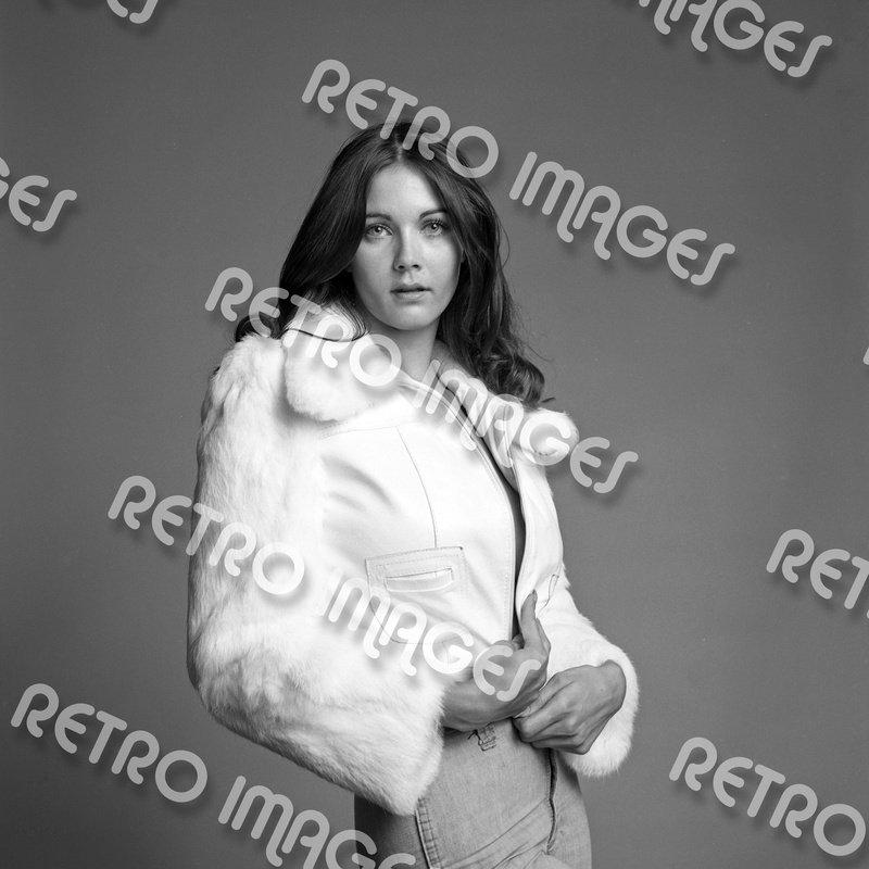 Lynda Carter 11x14 PS9302