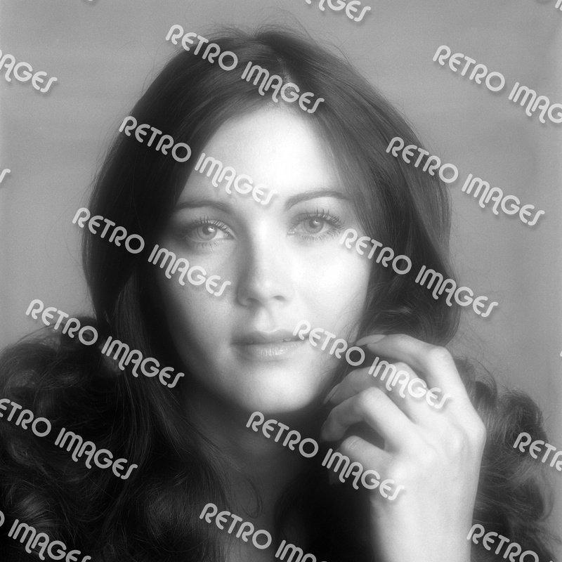 Lynda Carter 8x10 PS4402