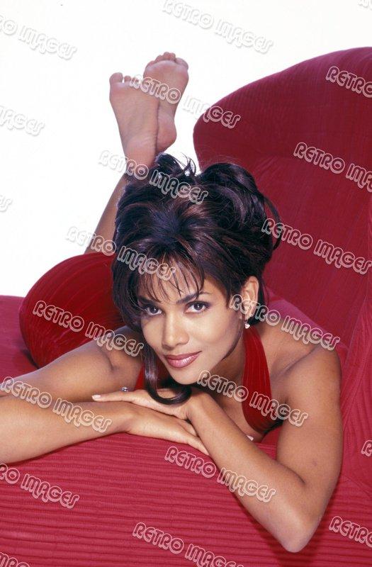 Halle Berry 8x10 PS401