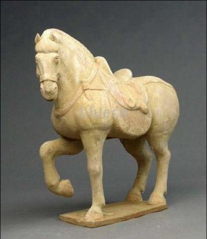 PROMINENT CHINESE TANG DYNASTY POTTERY HORSE STATUE