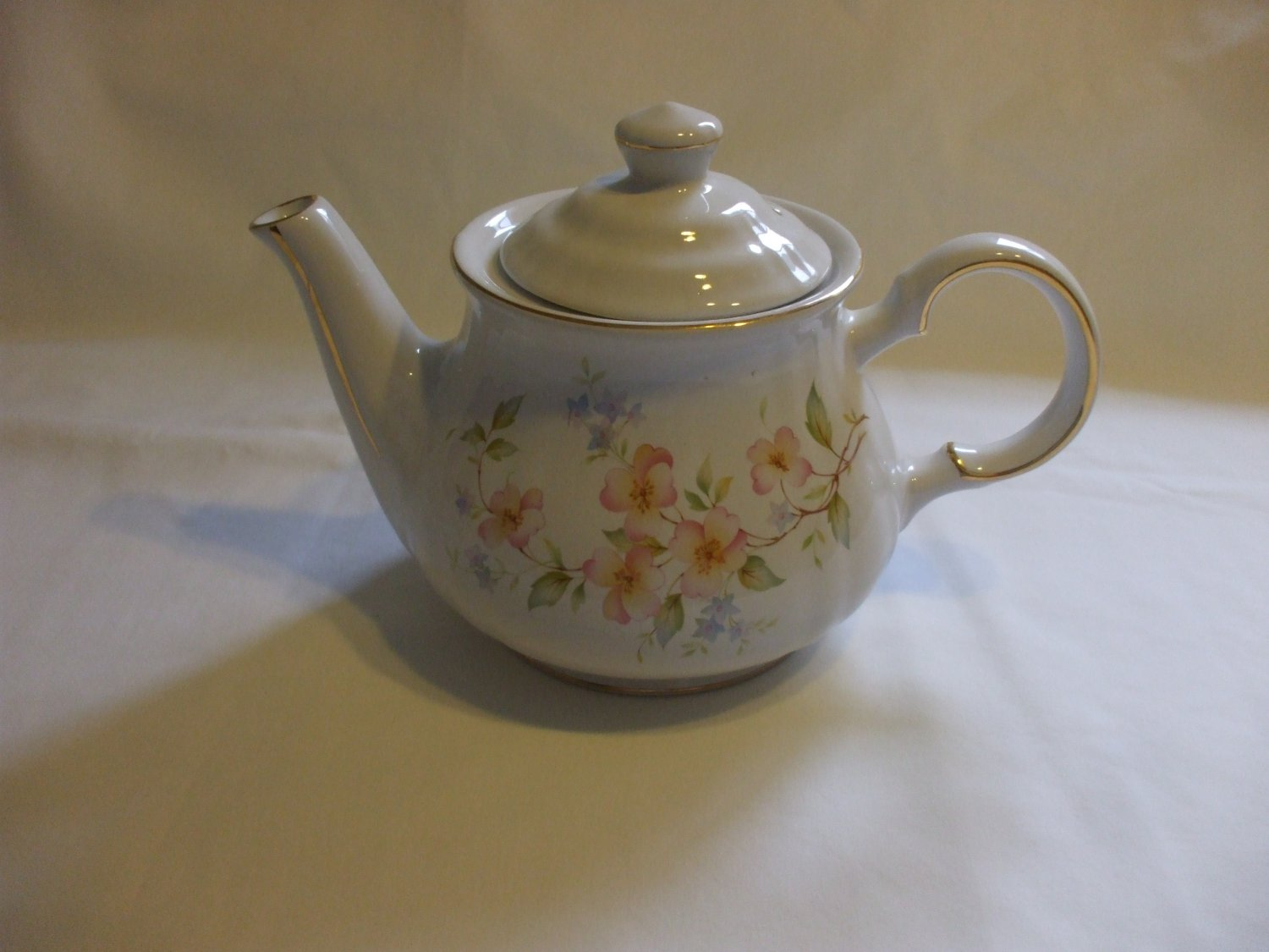 White Porcelain Teapot With Flower Motifs And Gold Trim Hold 4 Cups Liquid Royal oak
