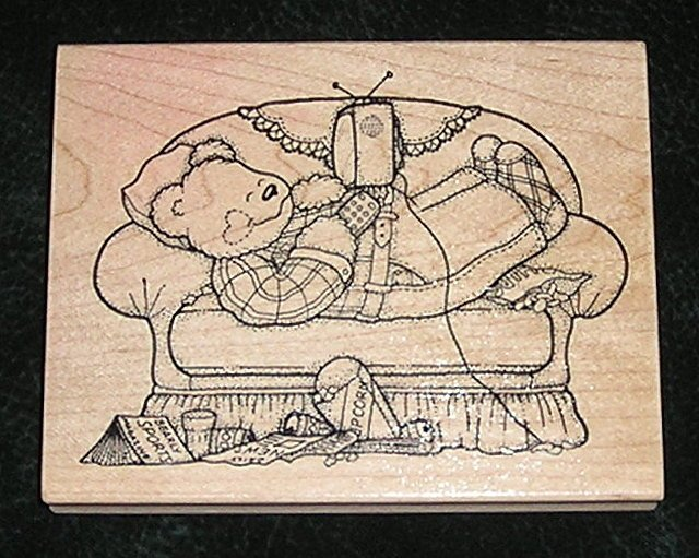 Rubber Stamp Mounted On Wood Relaxing Bear With TV And Snacks By Darcies Z2041