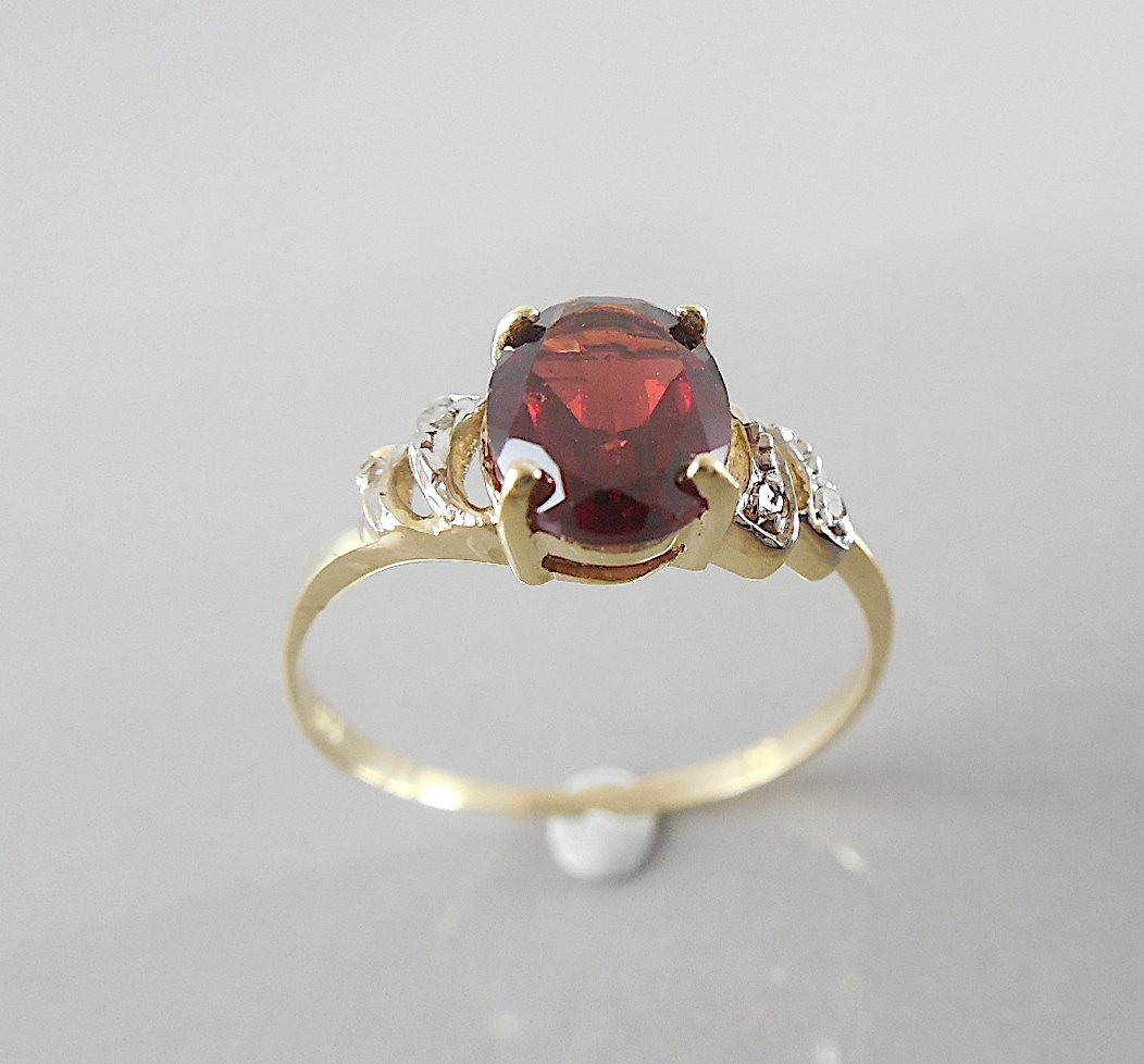 OVAL GARNET & DIAMOND 9K GOLD RING