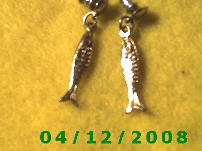Silver Fish Pierced Earrings      Q1021
