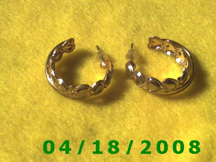 Gold Hoop Pierced Earrings w/Hearts    Q3021