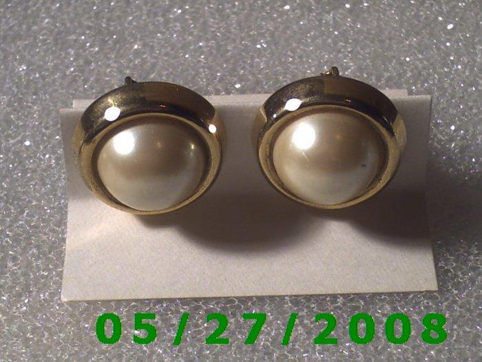Gold n White Screw Back Earrings    D028